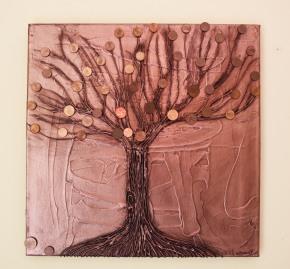 Toile avec un arbre en reliefs, couvert de peinture cuivrée et patiné. Des euro cents ont été collés. Prix : 100 euros